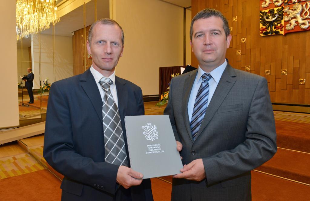 Slavnostní předávání znaku a vlajky obce Jestřebí - Palrament ČR